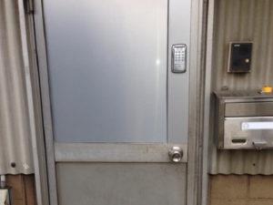 愛知県春日井市 倉庫 防犯対策 「防犯性強化のため電子錠を取り付けました。」ドア改修工事店 入口ドアに電子錠取付工事【株式会社サッシ.NET】