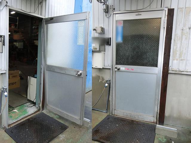 愛知県名古屋市中川区 倉庫 ドアリフォーム「左の画像が施工前、右の画像が施工後です。」工事店 入口ドア補修工事【株式会社サッシ.NET】