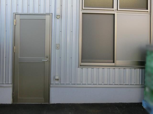 愛知県大府市 工場 ドアリフォーム「割れにくい素材のドアにしてくれて嬉しい!」工事店 アルポリックパネル取替工事【株式会社サッシ.NET】