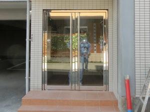 愛知県名古屋市中川区 マンション エントランスドア「ドアが歪んでしまい使えない状態だったので、早く来てくれて助かりました!」工事店 タイル工事会社【株式会社サッシ.NET】