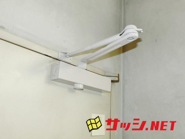 愛知県名古屋市中区 事務所 油漏れ修理 ドアクローザー「事務所ドアの調子が悪いので見てほしい。」工事店【株式会社サッシ.NET】