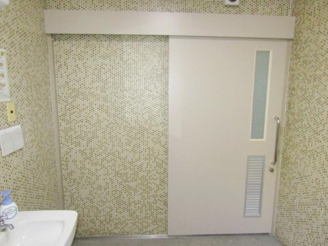 愛知県名古屋市千種区 ドアリフォーム「ドアが変わっただけなのにトイレの雰囲気まで違いますね~!」工事店 木製吊戸取替工事【サッシ.NET株式会社】