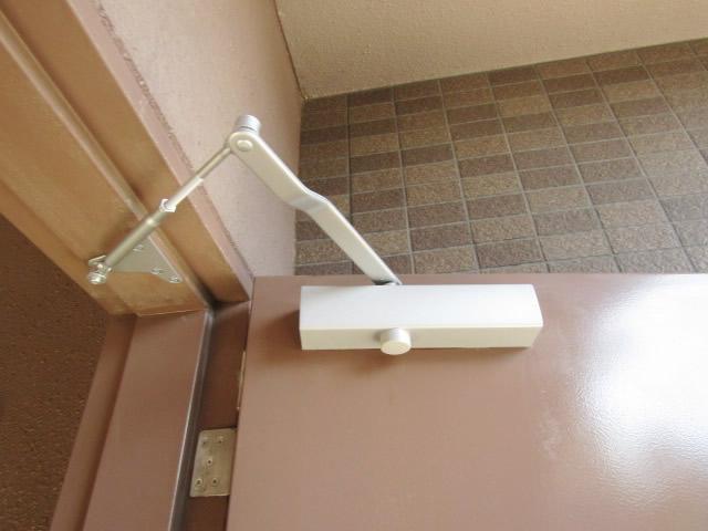 愛知県名古屋市南区 ドアリフォーム「ドアがゆっくり閉まるようになったおかげで安心して通れます。」工事店 リョービ(RYOBI)ドアクローザー取替工事【株式会社サッシ.NET】