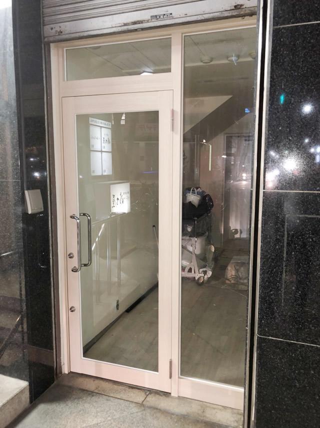 愛知県名古屋市中区 ビル ドアリフォーム「ガラスは網入りから透明へと取替えを行いました! そして、ダイノックシートはカーペットタイルと近い色のフィルムを選び、統一感のある仕上がりにさせていただきました。」工事店 ダイノックシート貼付け ガラス取替工事【株式会社サッシ.NET】