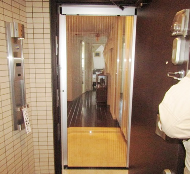 愛知県名古屋市千種区 ドアリフォーム「冷房が苦手なペットのために玄関を開けて過ごしたいとの事でした。」工事店 リクシル(LIXIL) しまえるんですα 玄関網戸取付工事【株式会社サッシ.NET】